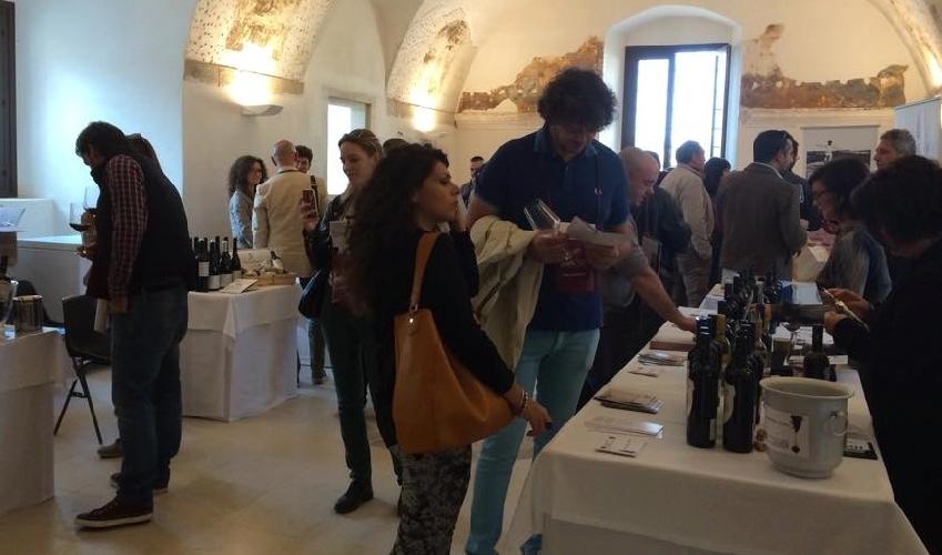 http://www.ragusanews.com//immagini_articoli/01-11-2014/centinaia-di-visitatori-per-rubino-rotte-del-vino-500.jpg