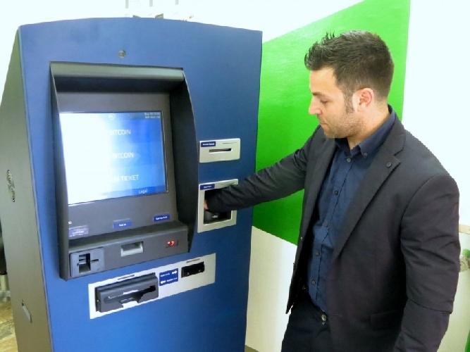 https://www.ragusanews.com//immagini_articoli/01-11-2015/va-a-fare-bancomat-e-resta-chiuso-dentro-la-banca-500.jpg