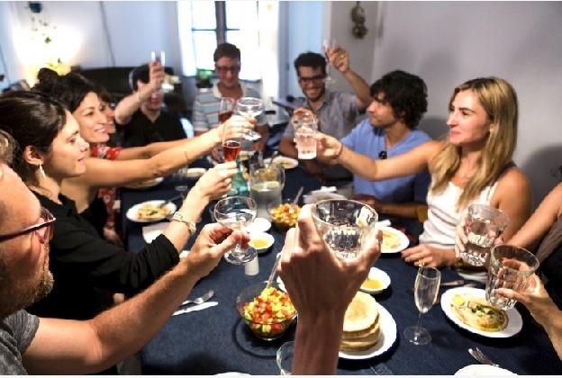 https://www.ragusanews.com//immagini_articoli/01-11-2016/la-cena-degli-sconosciuti-arriva-a-palermo-420.jpg