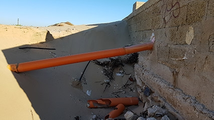 http://www.ragusanews.com//immagini_articoli/01-11-2017/marina-modica-spiaggia-tubo-240.jpg