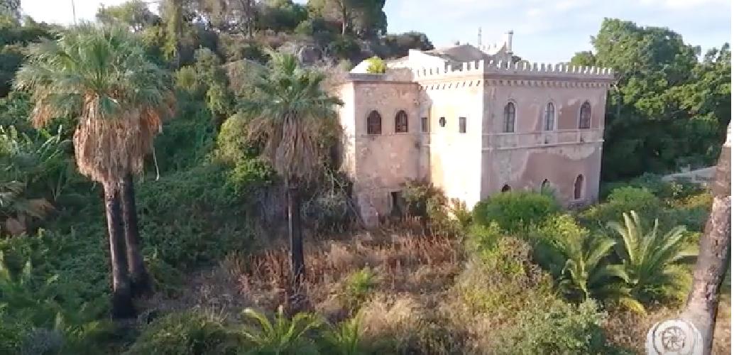 https://www.ragusanews.com//immagini_articoli/01-11-2018/sicilia-abbandonata-castello-bonanno-video-500.png