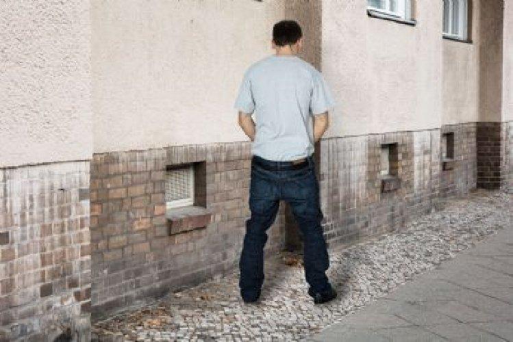 https://www.ragusanews.com//immagini_articoli/01-11-2019/prima-fanno-la-rapina-poi-fanno-la-pipi-arrestati-grazie-all-urina-500.jpg