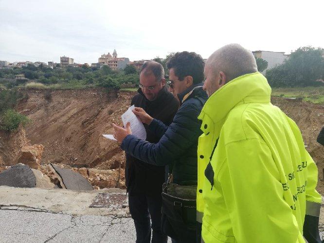 https://www.ragusanews.com//immagini_articoli/01-12-2019/a-ispica-si-lavora-per-colmare-la-voragine-creata-alluvione-500.jpg