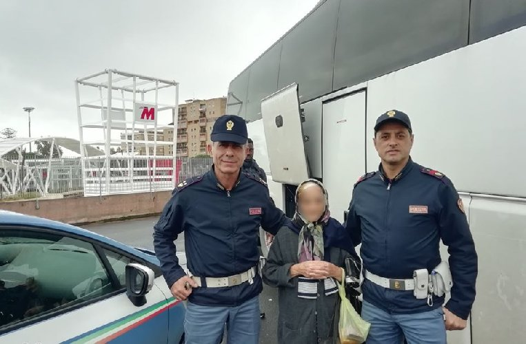 https://www.ragusanews.com//immagini_articoli/01-12-2019/la-nonnina-siciliana-si-perde-e-trova-nipoti-due-poliziotti-500.jpg