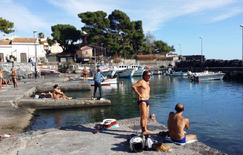 https://www.ragusanews.com//immagini_articoli/01-12-2019/sicilia-e-dicembre-metto-il-costume-vado-al-mare-500.jpg