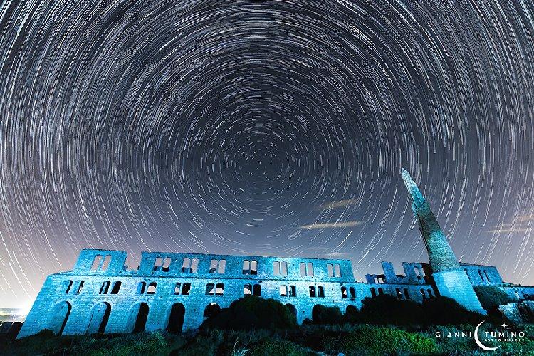 https://www.ragusanews.com//immagini_articoli/01-12-2019/star-trail-fornace-penna-di-punta-pisciotto-a-sampieri-500.jpg