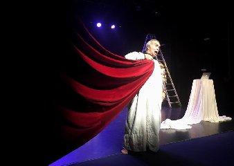https://www.ragusanews.com//immagini_articoli/01-12-2019/teatro-andrea-tidona-in-un-divertente-ediposeh-240.jpg