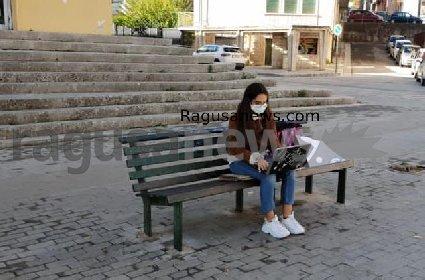 https://www.ragusanews.com//immagini_articoli/01-12-2020/1606834136-voglio-la-mia-classe-col-pc-davanti-al-classico-di-ragusa-2-280.jpg
