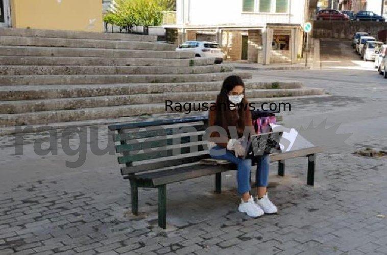 https://www.ragusanews.com//immagini_articoli/01-12-2020/1606834136-voglio-la-mia-classe-col-pc-davanti-al-classico-di-ragusa-2-500.jpg