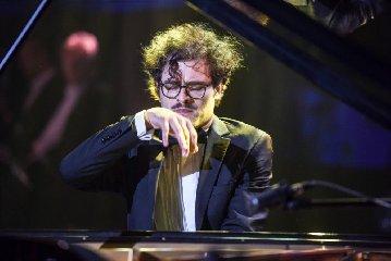 http://www.ragusanews.com//immagini_articoli/02-01-2018/davide-santacolomba-pianista-sordo-modica-240.jpg