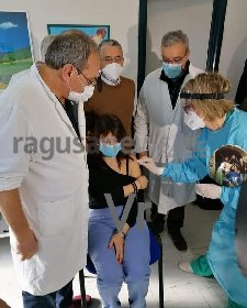 https://www.ragusanews.com//immagini_articoli/02-01-2021/primo-vaccino-anticovid-all-ospedale-di-modica-280.jpg