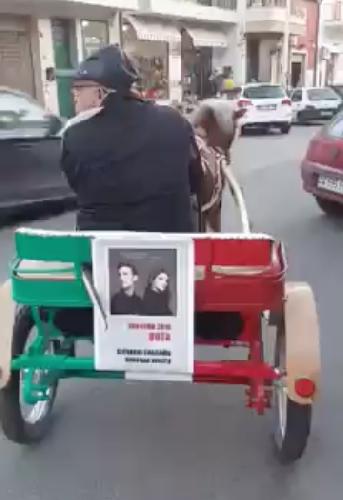 http://www.ragusanews.com//immagini_articoli/02-02-2016/il-carretto-siciliano-che-tifa-deborah-iurato-e-giovanni-caccamo-video-500.png
