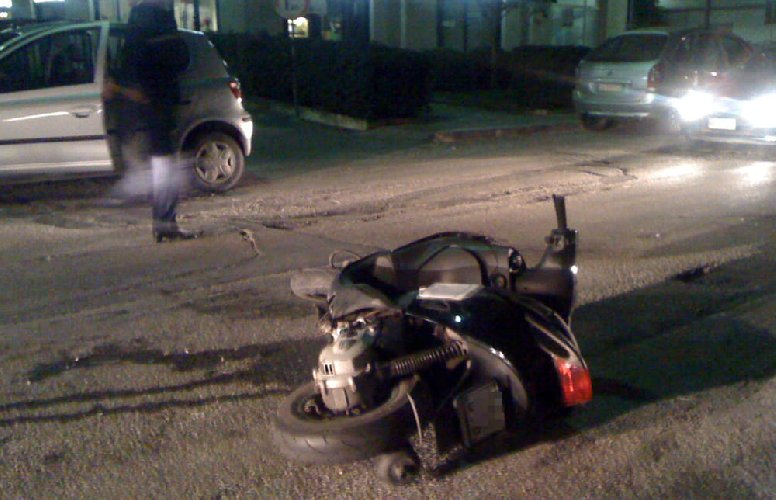 https://www.ragusanews.com//immagini_articoli/02-02-2019/incidente-centro-ragusa-scooterista-codice-rosso-500.jpg