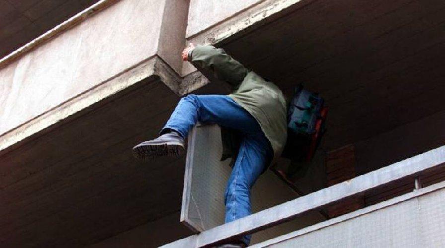 https://www.ragusanews.com//immagini_articoli/02-02-2020/rapina-in-una-abitazione-a-vittoria-arrestato-un-pregiudicato-500.jpg