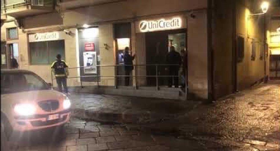 https://www.ragusanews.com//immagini_articoli/02-02-2021/catania-donna-prende-a-martellate-la-banca-i-carabinieri-la-fermano-video-500.jpg