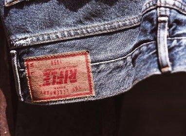 https://www.ragusanews.com//immagini_articoli/02-02-2021/rifle-in-fallimento-jeans-felpe-e-giubbotti-a-solo-2-euro-280.jpg