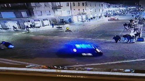 https://www.ragusanews.com//immagini_articoli/02-02-2021/saronno-folle-inseguimento-in-centro-applausi-ai-carabinieri-video-280.jpg