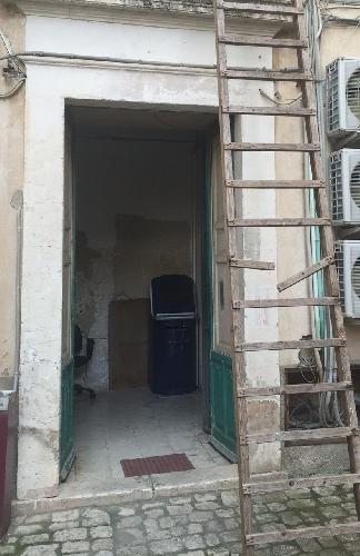 http://www.ragusanews.com//immagini_articoli/02-03-2016/ladri-o-vandali-di-notte-in-comune-gli-si-rompe-la-scala-500.jpg