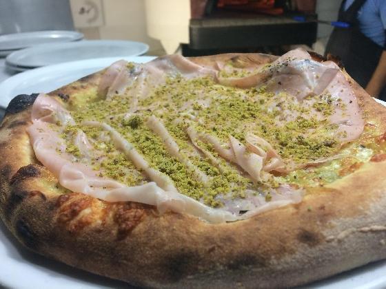 https://www.ragusanews.com//immagini_articoli/02-03-2017/1488444630-nasce-pizza-napoletana-nero-seppie-1-420.jpg
