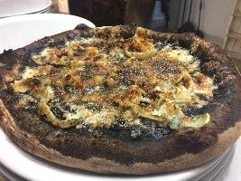 http://www.ragusanews.com//immagini_articoli/02-03-2017/nasce-pizza-napoletana-nero-seppie-200.jpg