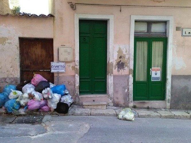 https://www.ragusanews.com//immagini_articoli/02-03-2019/ragusa-rifiuti-davanti-casa-vendita-sfumata-500.jpg