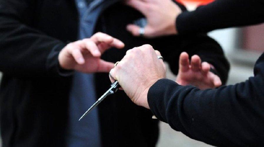 https://www.ragusanews.com//immagini_articoli/02-03-2019/tenta-suicidio-vicina-chiama-aiuto-coltello-uccido-500.jpg