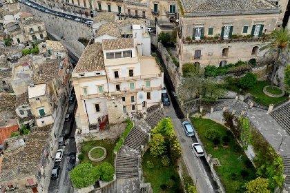 https://www.ragusanews.com//immagini_articoli/02-03-2021/1614694885-immobili-all-asta-si-vendono-pure-i-conventi-in-sicilia-250-foto-1-280.jpg