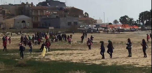 https://www.ragusanews.com//immagini_articoli/02-03-2021/pozzallo-assembramento-in-spiaggia-ma-per-pulirla-dai-rifiuti-video-280.jpg