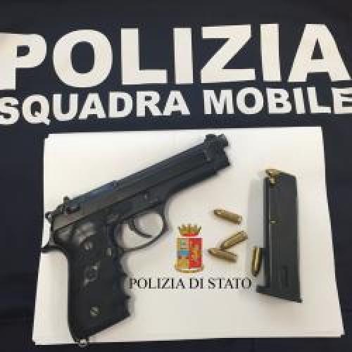 http://www.ragusanews.com//immagini_articoli/02-04-2015/uomo-con-pistola-scoperto-e-colto-da-infarto-500.jpg