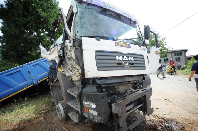 http://www.ragusanews.com//immagini_articoli/02-04-2016/camion-contro-tir-sulla-pozzallo-ispica-quanti-morti-ancora-500.jpg