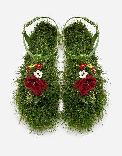 https://www.ragusanews.com//immagini_articoli/02-04-2019/le-scarpe-che-andranno-di-moda-estate-2019-le-infradito-col-prato-500.jpg