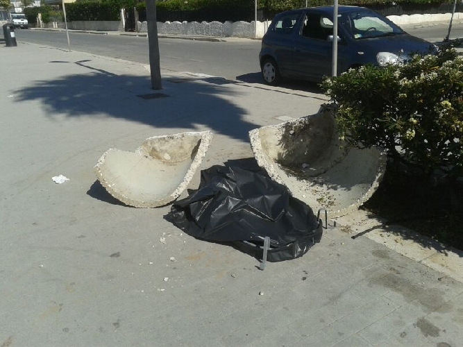 http://www.ragusanews.com//immagini_articoli/02-05-2014/distrutte-le-fioriere-a-marina-di-ragusa-500.jpg