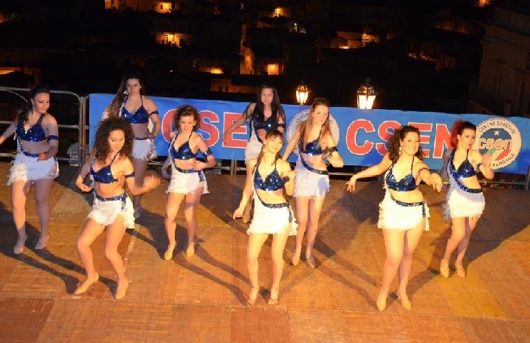 http://www.ragusanews.com//immagini_articoli/02-05-2014/la-danza-in-onore-di-san-giorgio-a-modica-500.jpg