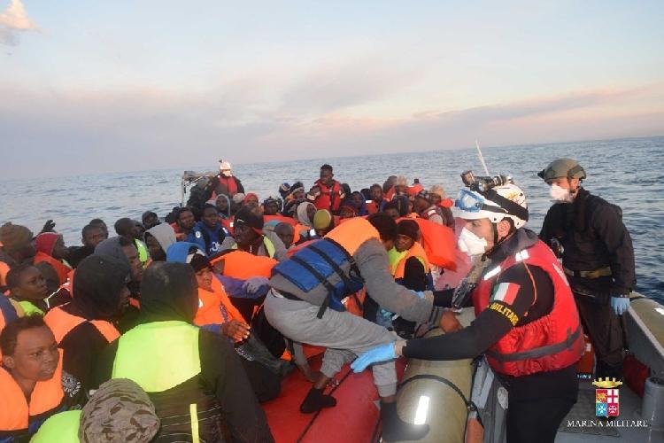http://www.ragusanews.com//immagini_articoli/02-05-2016/migranti-piu-di-20-morti-ennesima-strage-del-mare-500.jpg