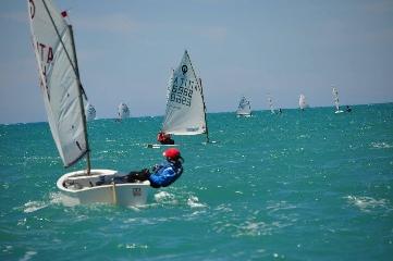 http://www.ragusanews.com//immagini_articoli/02-05-2017/vento-poppa-velisti-marina-240.jpg