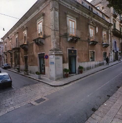 https://www.ragusanews.com//immagini_articoli/02-05-2020/ragusa-riapre-la-libreria-paolino-500.jpg