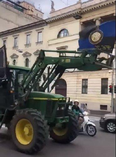 https://www.ragusanews.com//immagini_articoli/02-05-2021/inter-campione-ressa-selvaggia-in-duomo-spunta-pure-un-trattore-video-500.jpg