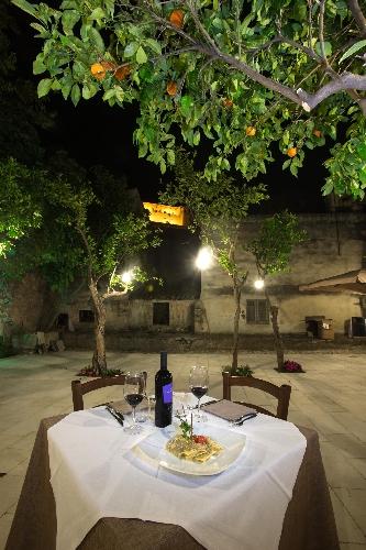 http://www.ragusanews.com//immagini_articoli/02-06-2015/a-scicli-si-mangia-in-giardino-godendo-della-vista-di-san-matteo-500.jpg