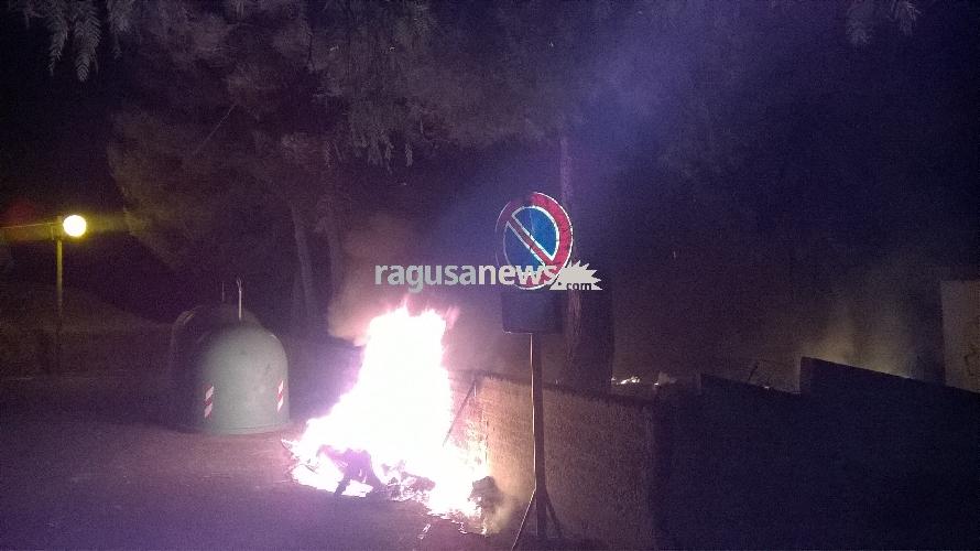 http://www.ragusanews.com//immagini_articoli/02-06-2017/atto-incendiario-villaggio-gulfi-intervenuti-vigili-fuoco-video-500.jpg