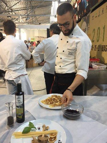 https://www.ragusanews.com//immagini_articoli/02-06-2018/accursio-craparo-sebastiano-lorefice-percorso-gastronomico-scoglitti-500.jpg