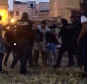 https://www.ragusanews.com//immagini_articoli/02-06-2021/poliziotti-intervengono-per-sedare-rissa-aggrediti-a-bottigliate-video-280.jpg