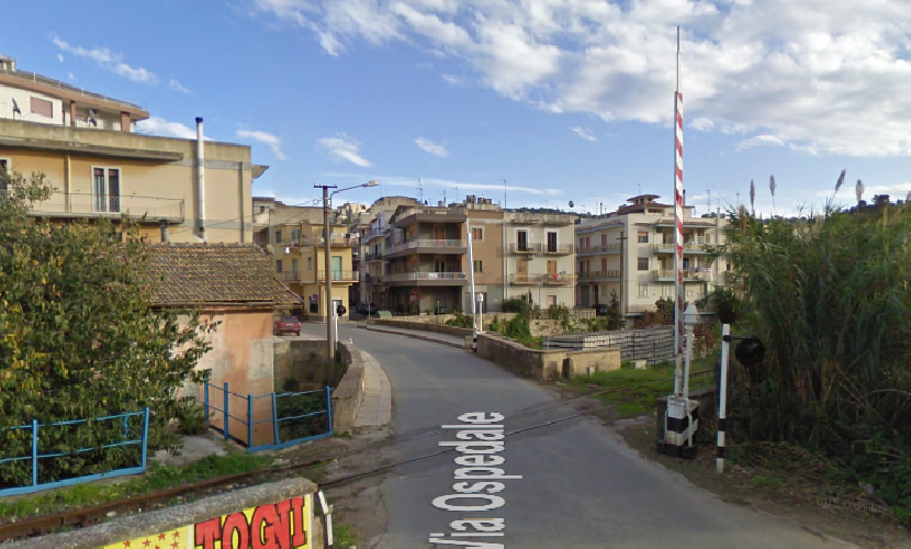 https://www.ragusanews.com//immagini_articoli/02-07-2015/passa-il-treno-passaggio-a-livello-aperto-in-via-ospedale-500.png