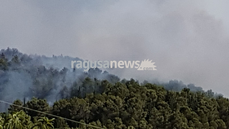 http://www.ragusanews.com//immagini_articoli/02-07-2017/chiaramonte-continua-bruciare-davvero-lopera-solo-piromane-500.jpg