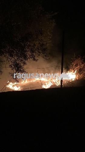 http://www.ragusanews.com//immagini_articoli/02-07-2017/chiaramonte-fuoco-anche-strada-zottopera-500.jpg
