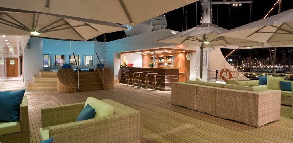 https://www.ragusanews.com//immagini_articoli/02-07-2018/1530557326-yacht-arrivato-lauren-pista-elicottero-1-500.jpg