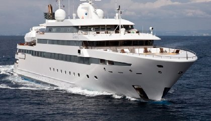 https://www.ragusanews.com//immagini_articoli/02-07-2018/yacht-arrivato-lauren-pista-elicottero-240.jpg