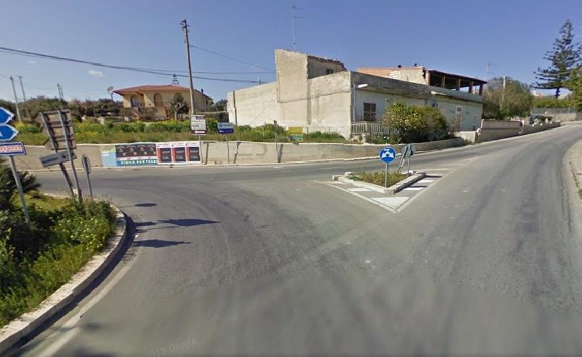 http://www.ragusanews.com//immagini_articoli/02-08-2014/incidente-alla-rotatoria-del-cimitero-ferito-52enne-500.jpg
