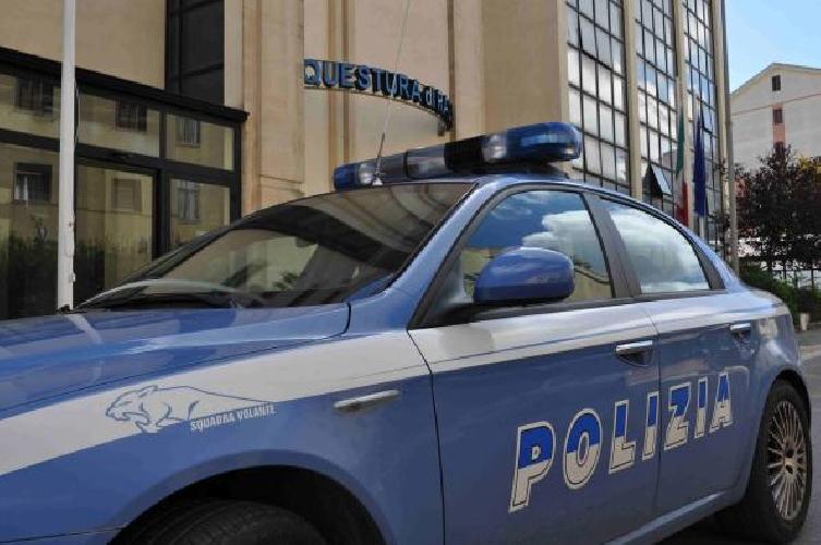 https://www.ragusanews.com//immagini_articoli/02-08-2014/permessi-di-soggiorno-tre-poliziotti-nei-guai-500.jpg