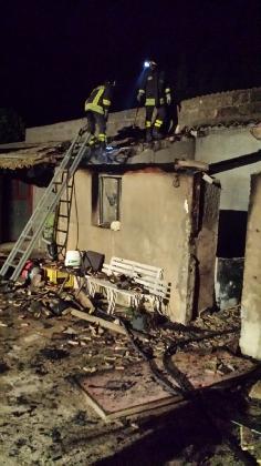 http://www.ragusanews.com//immagini_articoli/02-08-2016/comiso-a-fuoco-una-casa-rurale-420.jpg