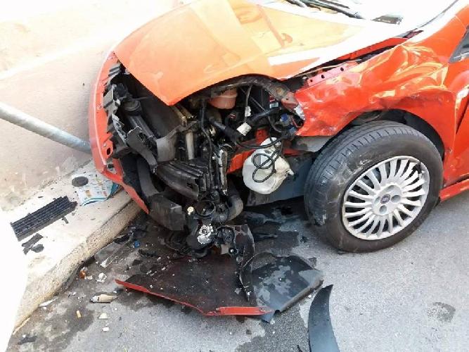 https://www.ragusanews.com//immagini_articoli/02-08-2017/scontro-fiat-punto-incidente-santa-croce-500.jpg
